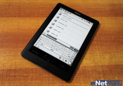 而汉王电纸书E920在事务管理方面的功能也非常丰富,包括记事、摘抄、日程表、通讯录、计算器和万年历,此外用户如有录音的需要还可在声乐录放菜单下进入录音功能。